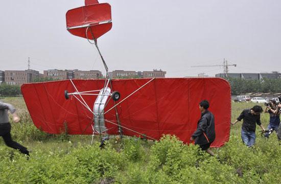 农民驾自制飞机升空数秒后坠落(组图)
