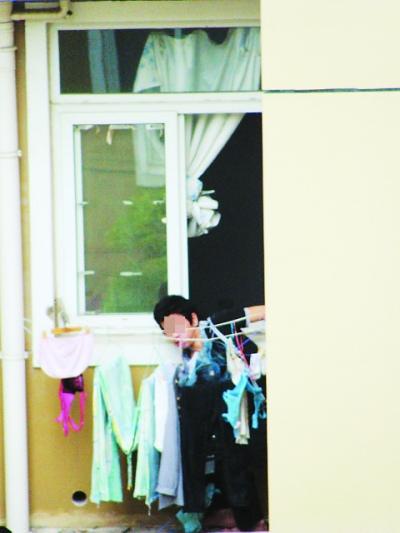 青年隔窗偷取女士内衣被网友全程拍下(组图)
