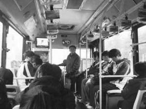 中学生不愿在公交车上让座称比老人更累(图)