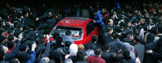 肇事者车辆遭市民围攻