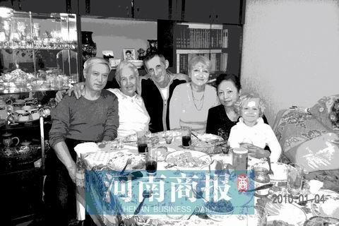 2010年1月4日, 在阿拉木圖市,黎元康(左一)母親(左二)姐姐(右二)在母親家合影