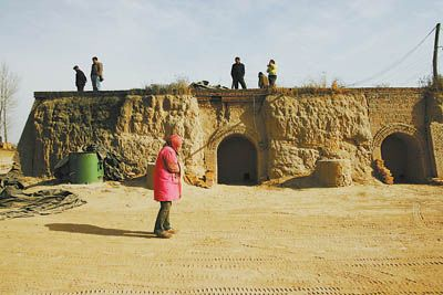 劉小平領著大家來到自己曾經被迫做工的磚窯,尋找一起幹活的工友何文。董國梁 攝