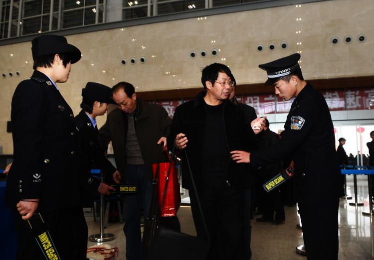 图文:武广高铁进站口安检严格