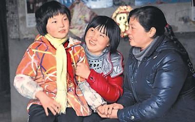 """""""英子姐姐""""(中)与受助学生。胡九思摄(图片来源:楚天都市报)"""