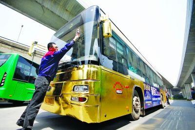 """耀眼的""""黄金公交车""""。 宋峤 摄"""