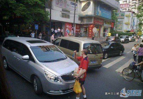 """大洋网友报料,一老外在淘金北路拦截了一辆车牌为""""广JXXXXX""""的公车,并用彪悍的中文大喊:""""这里不许走,不可以的。"""""""