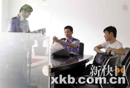 扣留的男子(右)自称姓周,但不肯透露自己的身份,只表示自己不是警察。