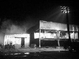 昨晚11时许,昌平区耐特利尔家具公司生产车间的火势已基本被扑灭。本报记者 王嘉宁 摄