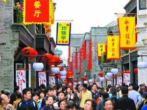 昨天,前门鲜鱼口老字号美食街开街迎客,中午街里人头攒动,许多市民赶来品尝地道的京味小吃。 本报记者 贾同军摄