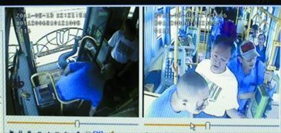左:女司机已被扔出车外,脚朝天。右:老者上前劝说 视频截图