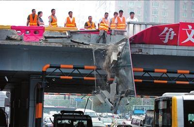 路政工人正在安装临时护栏。