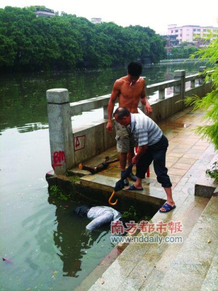 市民打捞浮尸