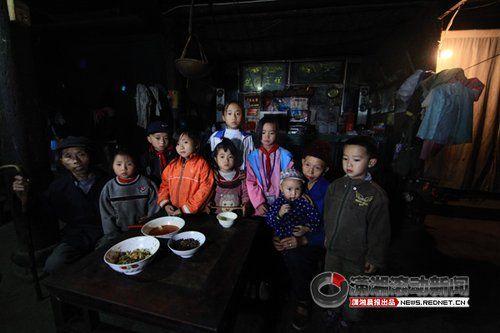 (两位老人带8个小孩,龙万挺觉得很无奈,自己有残疾,得靠拐杖走路。图/潇湘晨报滚动新闻记者 马青)