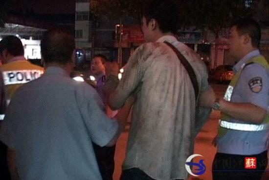酒驾男子被民警带往四所村派出所。