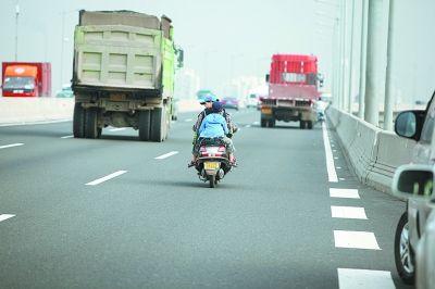 仍有人骑电动车违规过桥。