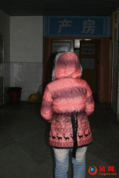 株洲县第一人民医院产房部,刚生完孩子的小欣背影显得很是单薄。