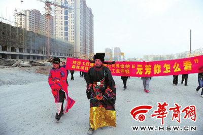 农民工前往项目部讨薪途中 本报记者叶原摄