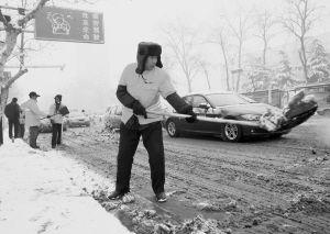 老夫妻义务扫雪感动路人 组图图片
