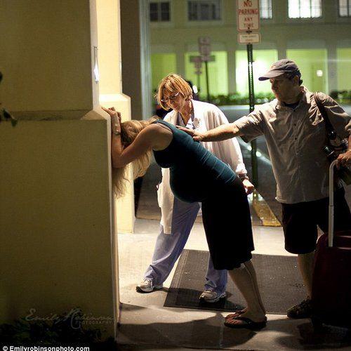艾米在医院外的人行道上快速产女的照片传上网络后,引发网友广泛关注和评论。