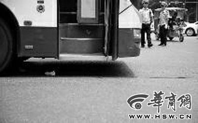 公交车车轮下还留有老人的一双鞋 本报记者 邓小卫 摄