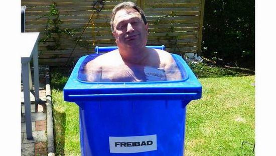 国际在线专稿:据德国《图片报》7月22日报道,近日,德国拜恩州(Bayern)迎来了高温天气,白天最高气温达到了30以上。为此,人们想尽各种办法解暑纳凉。   拜恩州布格豪森市(Burghausen)的一名老人突发奇想,用一个蓝色的垃圾桶自制了一个浴盆。这个浴盆的优点就在于占地面积小,坐着舒服。唯一的问题就是跳进去的时候有些困难。 (原标题:德国一老人用垃圾桶自制浴盆解暑(图))