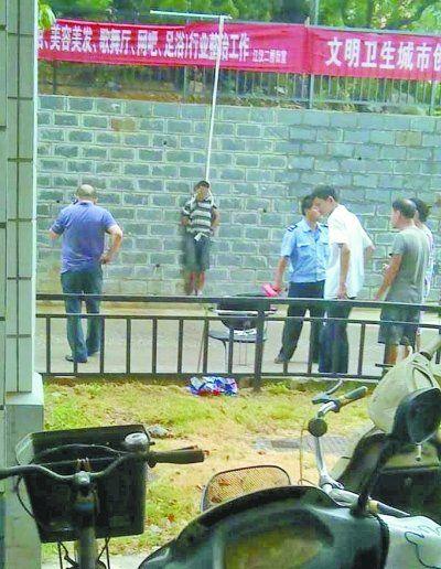 小偷被五花大绑捆在小区门前的墙壁上示众。 网友罗先生 摄