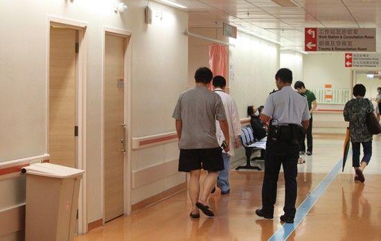 自缢男童家人在医院协助警员调查。来源:香港《大公报》