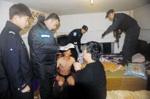 警方对涉案人员进行抓捕 警方供图