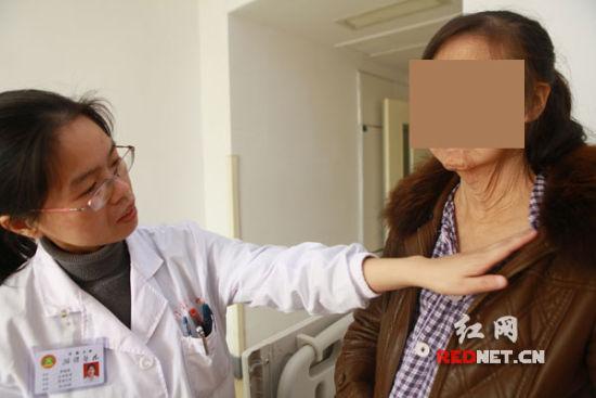 38岁的张女士因为罕见疾病,面部颈部褶皱横生,外表看上去说68也不为过