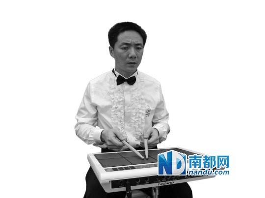 杨洋作为罗湖区残联瞳仁乐队主唱在台上表演。 受访者供图