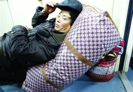 男子用油漆桶自制卧铺坐40小时火车回家(图)