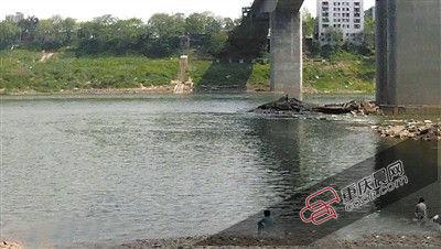 3日,北碚碚东大桥下,江水陡涨,一女生被围困在礁石上,水警实时发觉,并找来渔船救援。