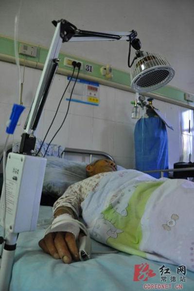 刘老汉虚弱地躺在病床上接受治疗