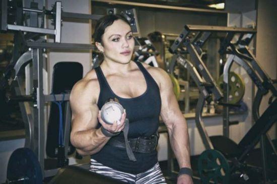 俄举重肌肉女多次打破纪录。(网页截图)