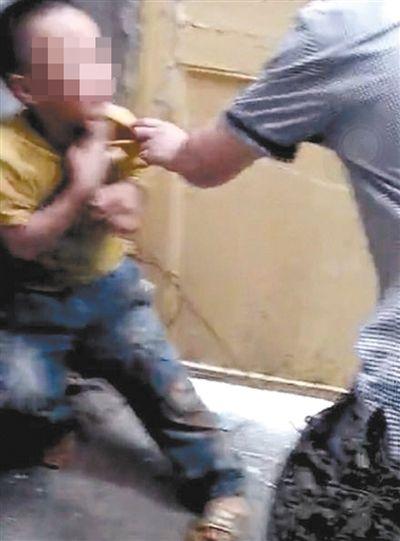 视频显示,该小学生遭到初中生暴力殴打。男童被撕扯、抽打。 视频截图