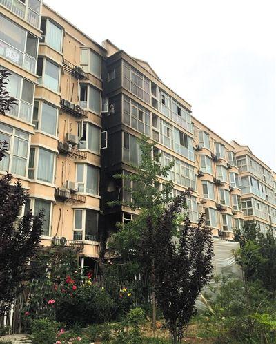 昌平区小汤山北京太阳城小区火灾现场。前日凌晨,该小区69号楼一层起火,导致6层一对60多岁的夫妻吸入一氧化碳中毒身亡。新京报记者 左燕燕 摄