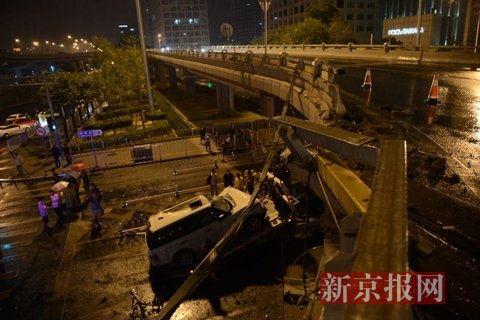 凌晨1点半,撞断护栏坠落的路虎车被拖车拉走。新京报记者 王子诚 摄