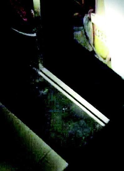 图为:电梯门被踢开一个口儿 视频截图