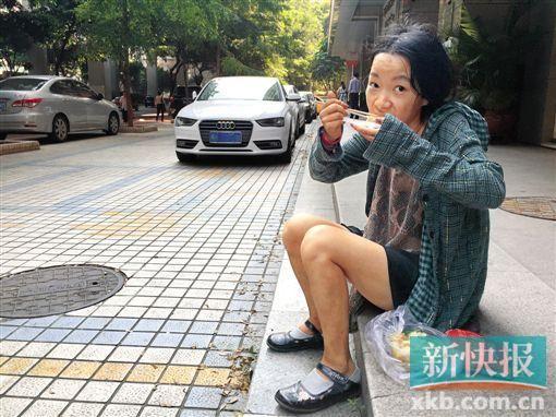 小鱼正在路边吃云吞。本版拍照/新快报记者 罗汉章