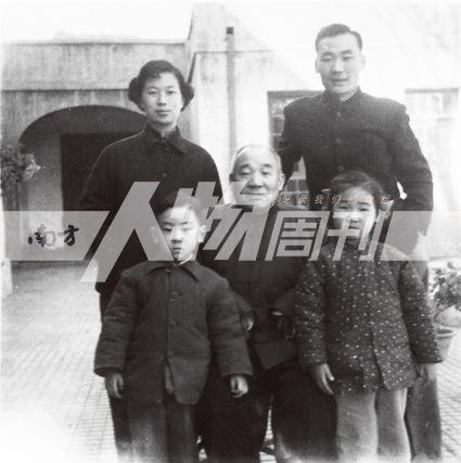 1957年11月17日,马寅初(中)与马本初(后右、次子)、唐申娟(后左、马本初妻子)、马思润(前右,马本初长女)、马思泽(前左,马本初长子)在东总布胡同家中。届时为发表《新人口论》后4个月,批判浪潮来临前夕