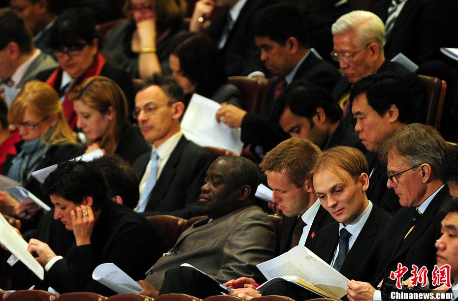 外国使节旁听全国政协会议开幕大会