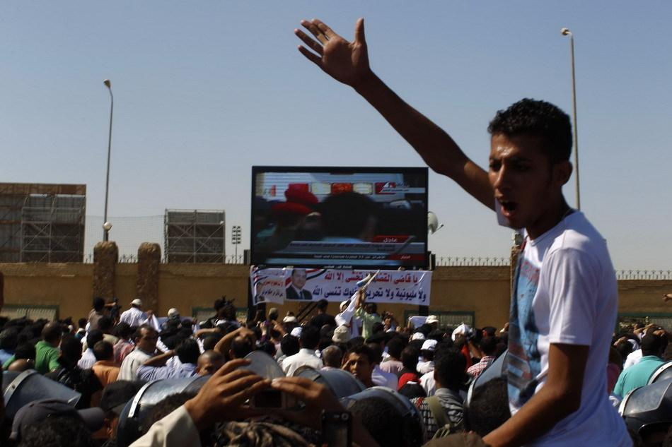 人们观看穆巴拉克接受审判的电视直播
