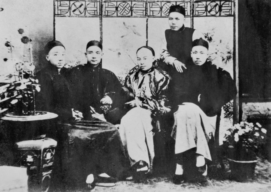 """1888年10月""""四大寇""""与友人关心焉合影"""