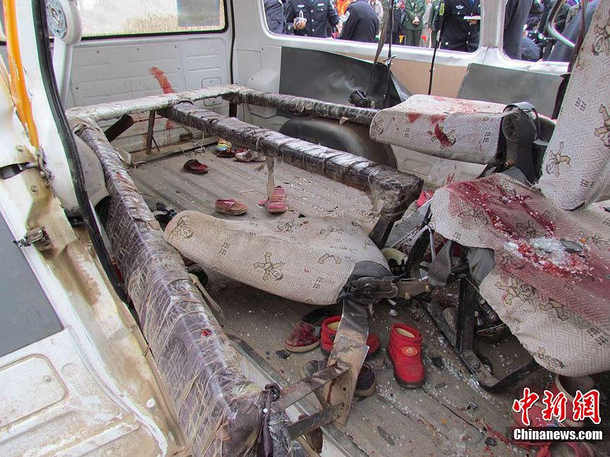甘肃庆阳幼儿园校车被撞