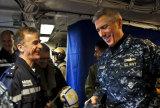 美法两国海军指挥官交谈