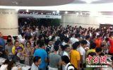 献血市民挤满血液中心大厅