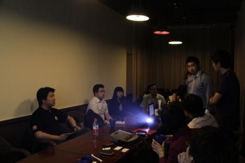 石天资本高级经理王洋在现场与创业团队讨论