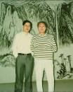 1993年在近水山庄与亚明老师在壁画前留影