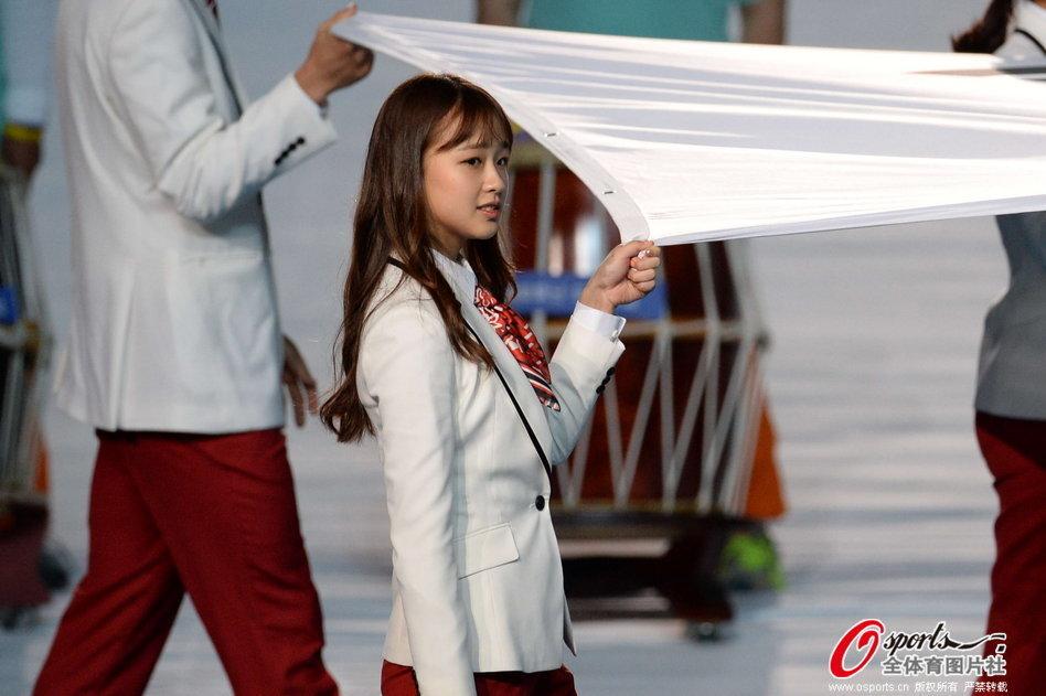亚运闭幕式孙妍在举韩国国旗入场