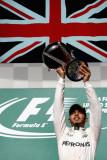 图文-F1美国站正赛 汉密尔顿高举冠军奖杯